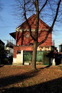 Drvarnica i galerija na spratu orijentisane su i prema komunalnom dvorištu (foto: Nikola Bojanić)