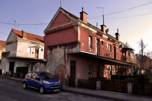 Jedna karakteristična kuća, varijanta sa spoljnim prilaznim stepeništem, pogled iz Veprinečke ulice (foto: Nikola Bojanić)